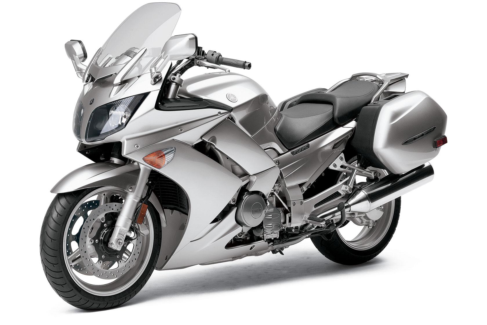Автомобиль Yamaha (Ямаха) FJR 1300 в кузове спорт-турист. Объем двигателя  автомобиля 1300 A составляет 1298 кубических сантиметров или 1.3 литра.